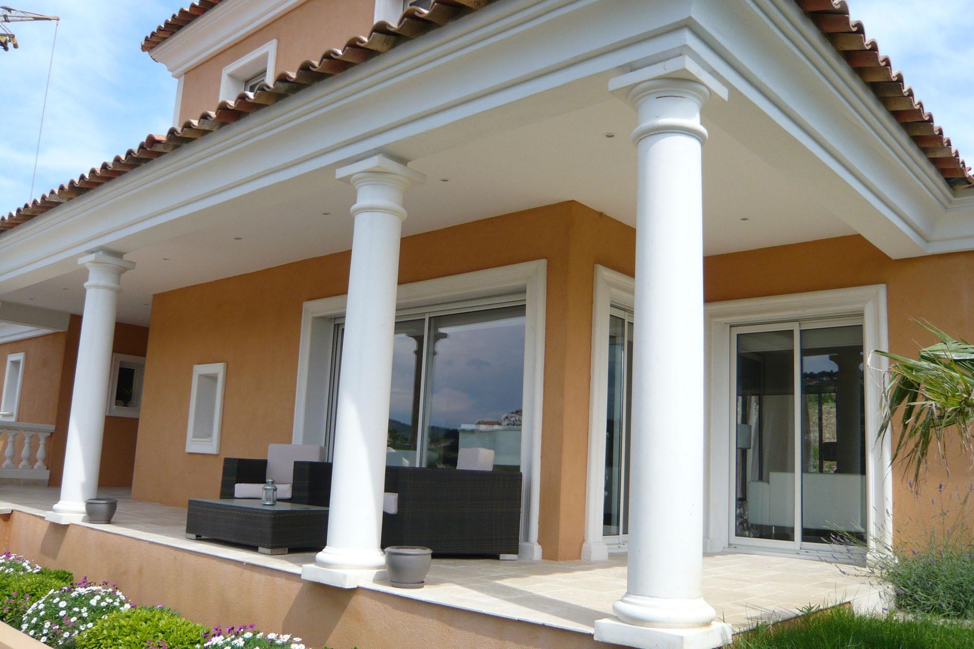 Colonnes placages et bas relief villa aix en provence - Habillage colonne beton ...
